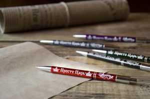 Piecas dažādu krāsu metāla pildspalvas ar gravējumiem