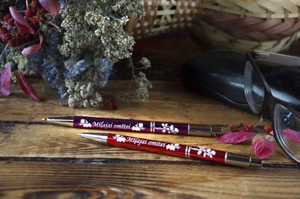 Divas metāla pildspalvas ar gravējumu, pārklātu ar baltu krāsu - Mīļajai omītei