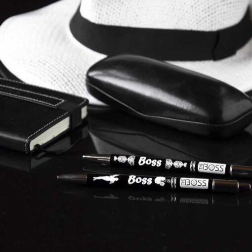 Divas melnas pildspalvas ar uzrakstu