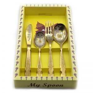Bez imeni 9 300x300 - Bērnu galda piederumu komplekts dāvanu iepakojumā (tējkarote, deserta karote, dakša, nazis)