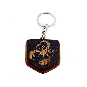 """Koka atslēgu piekariņš ar gravējumu """"Skorpions"""""""