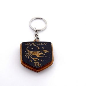 """1 7 300x300 - Koka atslēgu piekariņš ar gravējumu """"Skorpions"""""""