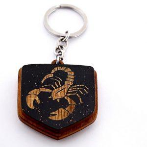 """1a 300x300 - Koka atslēgu piekariņš ar gravējumu """"Skorpions"""""""