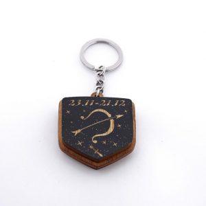 """22 4 300x300 - Koka atslēgu piekariņš ar gravējumu """"Strēlnieks"""""""