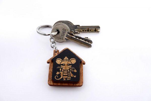"""Koka atslēgu piekariņš ar gravējumu """"Žurka"""""""