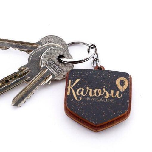 pietuvināts atslēgu piekariņš ar karošu pasaules logo