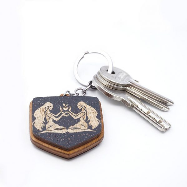 """Koka atslēgu piekariņš ar gravējumu """"Dvīņi"""""""
