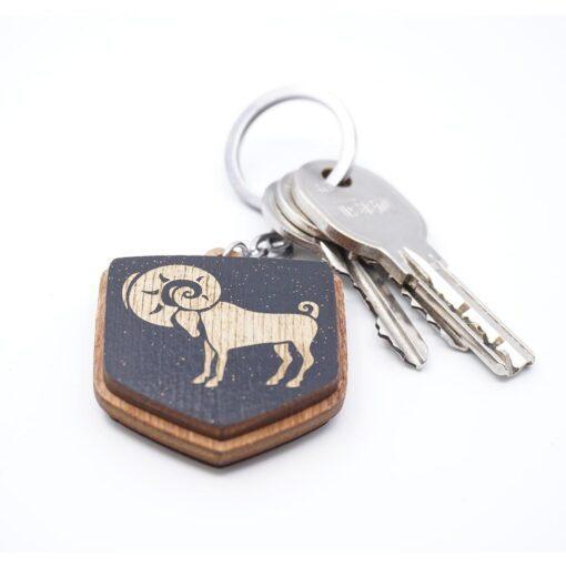 """Koka atslēgu piekariņš ar gravējumu """"Auns"""""""