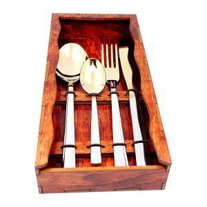atvērta koka kaste ar ēdiena piederumiem
