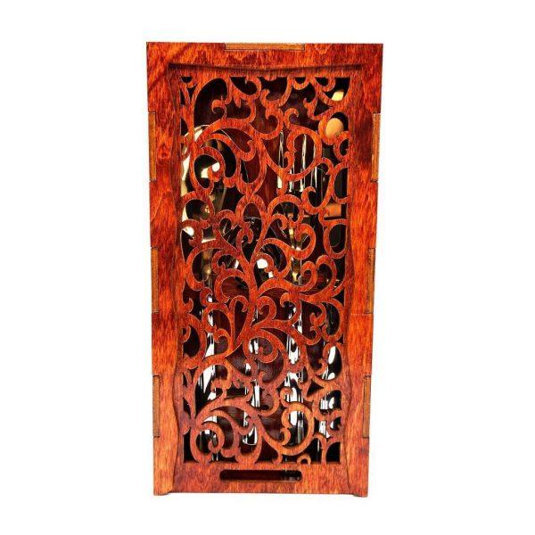 Sarkana koka kaste ar gravējumiem