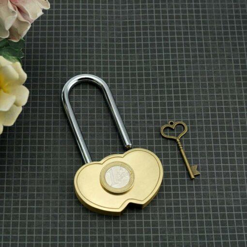 Kāzu piekaramā slēdzene ar gravējumu